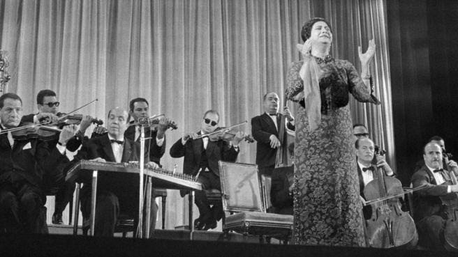 Umm-Kulthum performing